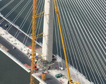 Liebherr-Krane spielen bei Bauarbeiten der Queensferry-Crossing-Brücke eine herausragende Rolle