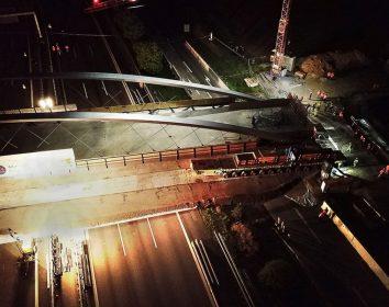 Scheuerle – SPMT transportieren 130-Meter-Brücke über Autobahn