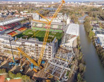 Demag CC 3800-1 hebt neue Südtribüne im Stadion
