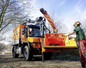 """Daimler Truck/Unimog – Bäume fällen, Gelände freiräumen: Das """"Biest"""" erledigt alle Arbeitsschritte in einem Durchgang"""